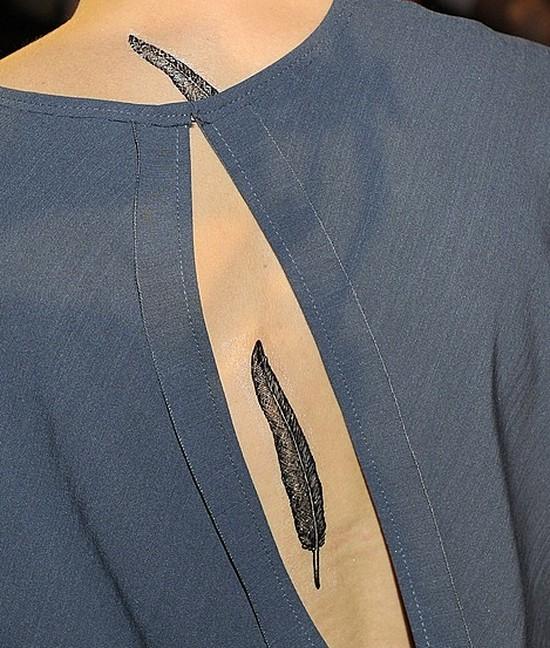 Czyje to piórko na plecach? (FOTO)