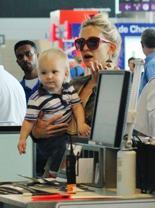 Szczuplutka Kate Hudson z synkiem na rękach (FOTO)