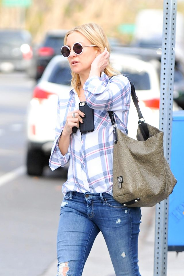 Kate Hudson na Z�otych Globach pokaza�a brzuch (FOTO)