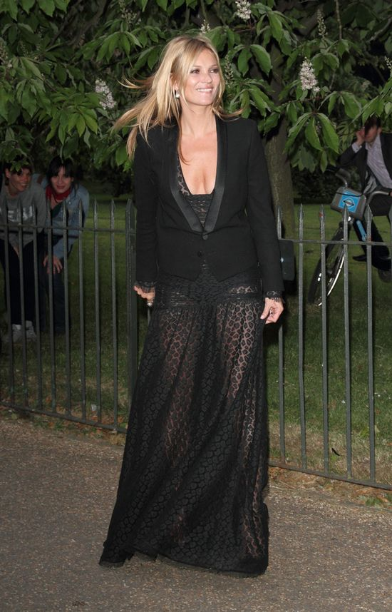 Ksi��� Harry bawi� si� w klubie z Kate Moss