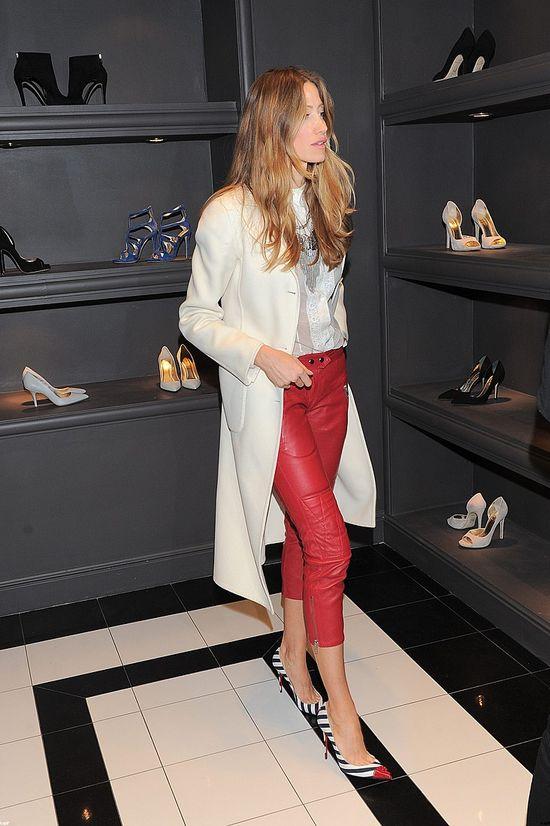 Kate Rozz wr�ci�a, by zapozowa� z butem (FOTO)