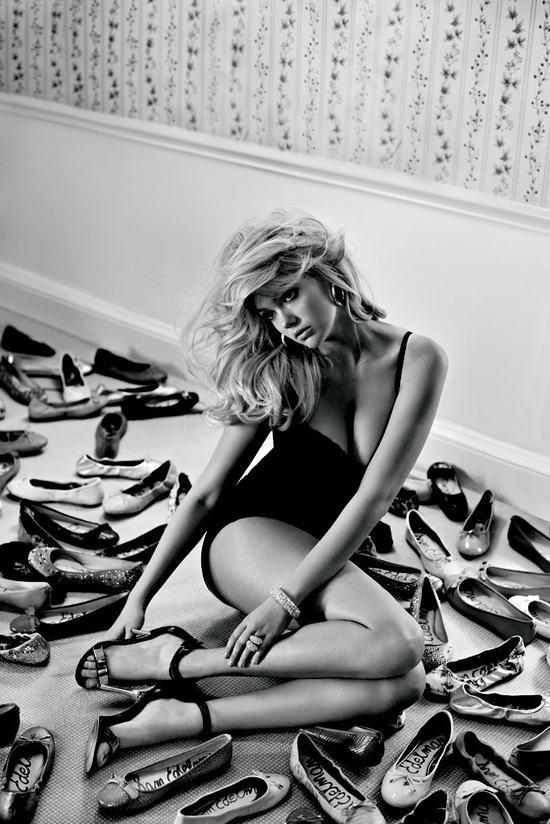Kate Upton w bieliźnie reklamuje... buty (FOTO)