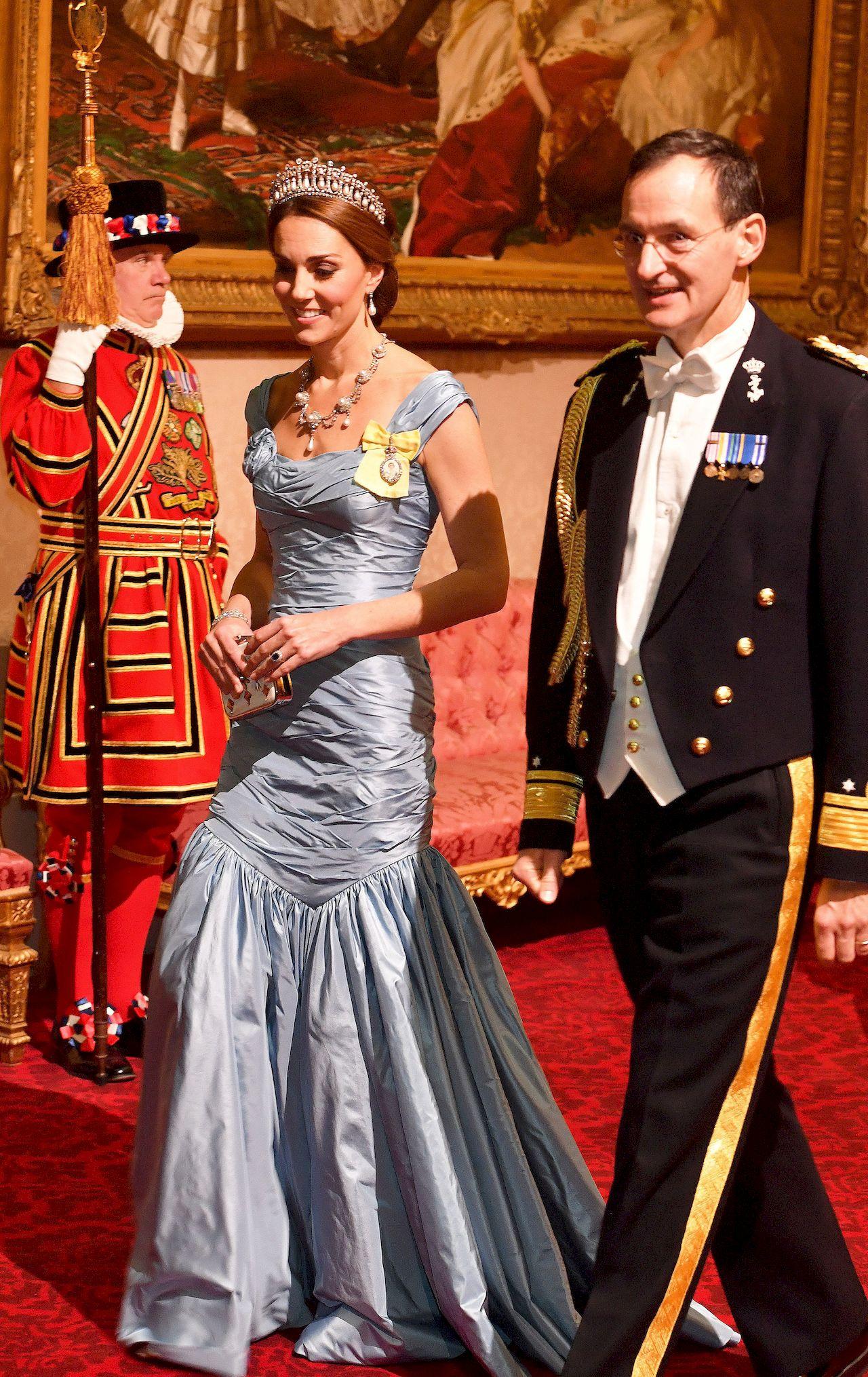 Przeraźliwie CHUDA księżna Kate na bankiecie (ZDJĘCIA)