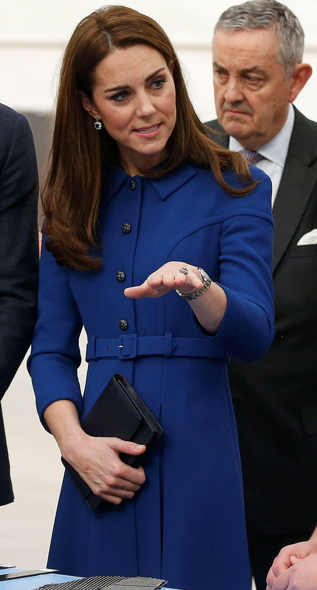 Na NOWYCH zdjęciach Kate zasłania BRZUCH kopertówką