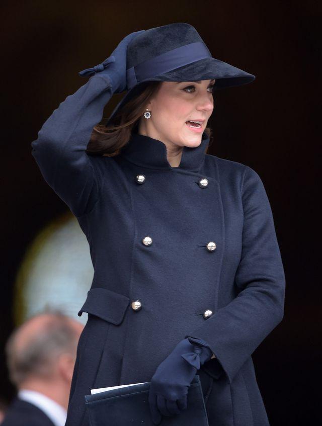 Dziwny powód, dla którego księżna Kate nie może zdejmować swojego płaszcza