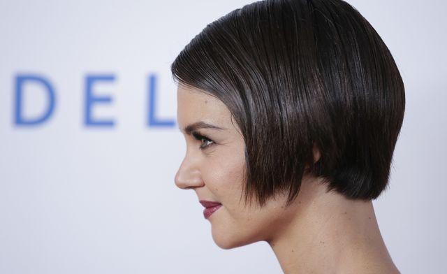 Katie Holmes w nowej fryzurze na gali Pre-Grammy (ZDJĘCIA)