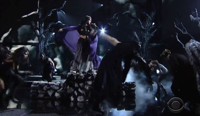 Katy Perry zatańczyła na... miotle (VIDEO) katy perry występ na grammy 2014