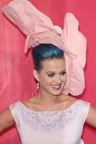 Katy Perry z kwiatkiem na głowie (FOTO)