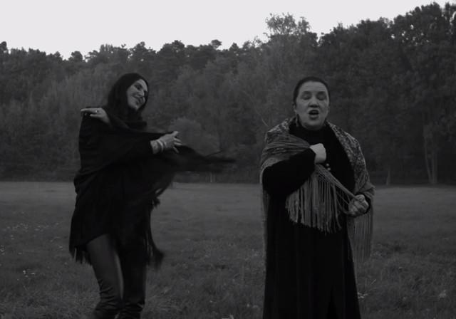 Kayah w teledysku promującym film Papusza śpiewa po romsku