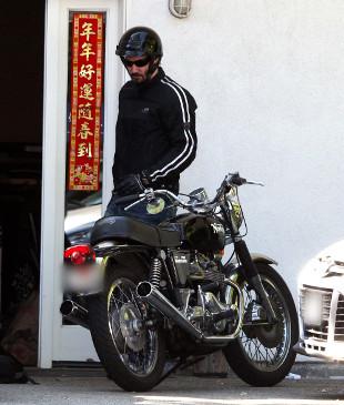 Zarośnięty Keanu Reeves na motocyklu