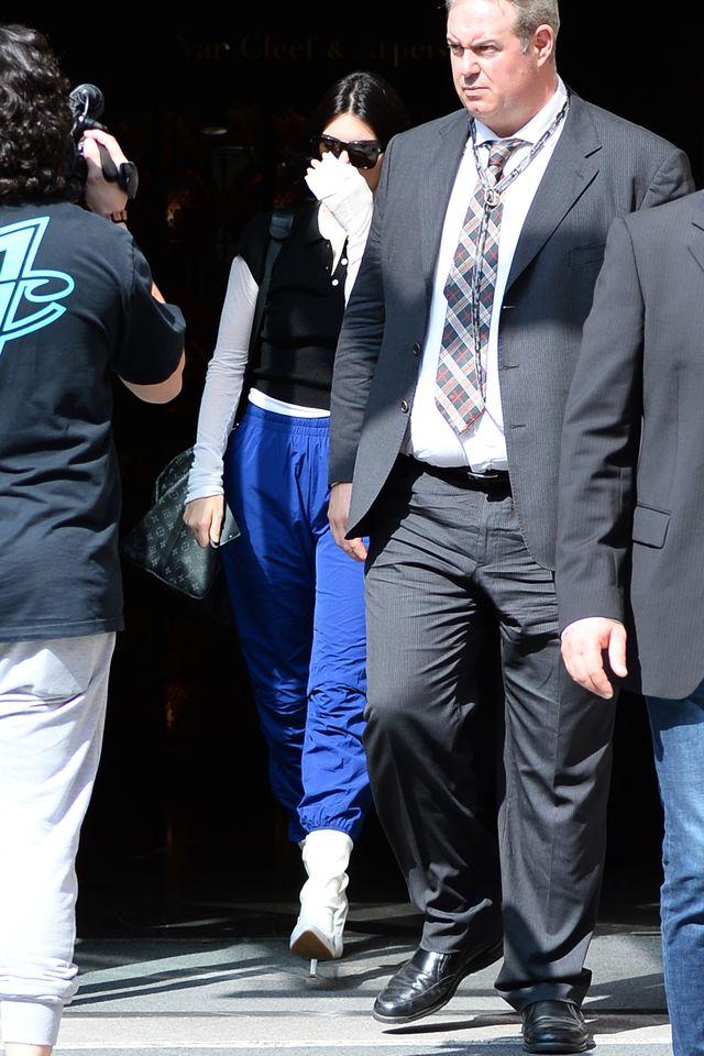 Jedna z córek Kris Jenner robi szopkę na lotnisku (ZDJĘCIA)