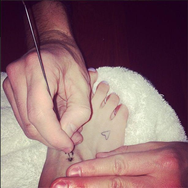 Kto zdecydował się na taki tatuaż na stopie? (FOTO)