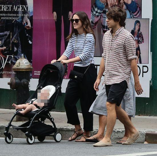 Keira Knightley na spacerze z córeczką (FOTO)