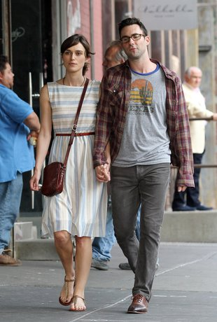 Keira Knightley za rączkę z Adamem Levinem (FOTO)