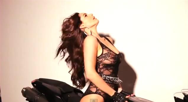 Kelly Brook w eksplodującej erotyzmem sesji (VIDEO)