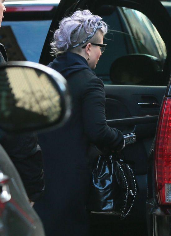 Zdziwi Was, co Kelly Osbourne kryje pod kapturem (FOTO)