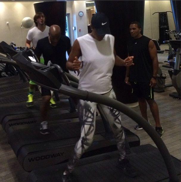 Ci�arna Kelly Rowland nie rezygnuje z si�owni (FOTO)