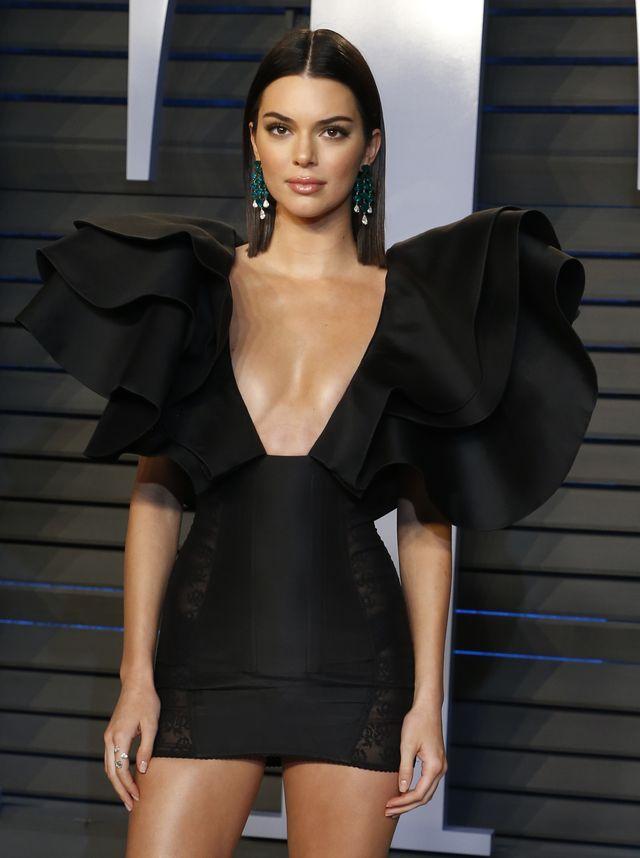 Kendall Jenner w NIEZWYKŁEJ sukience na Vanity Fair Oscar Party (ZDJĘCIA)