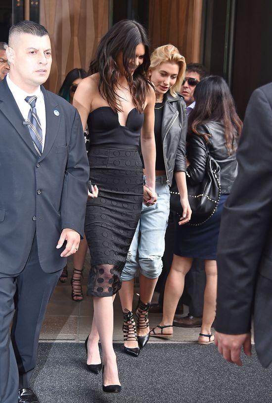 Kendall Jenner promuje swoje piersi i ksi��k� (FOTO)