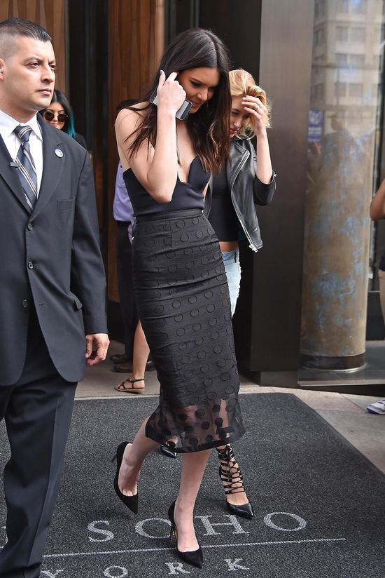 Kendall Jenner promuje swoje piersi i książkę (FOTO)