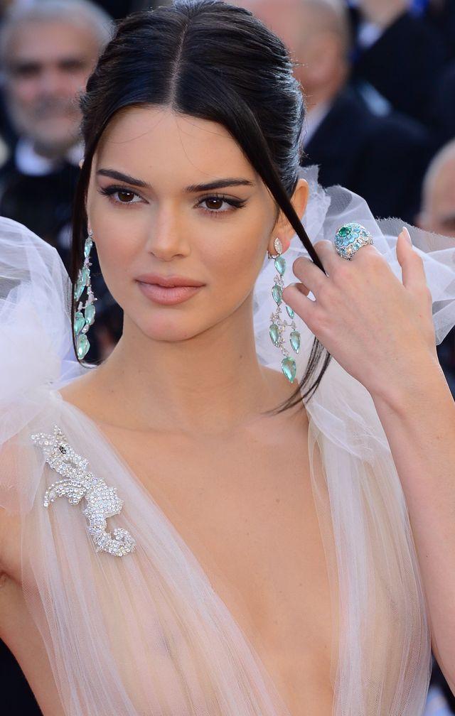 Kendall Jenner poszła na całość - usta jak po ataku os i sutki (ZDJĘCIA)
