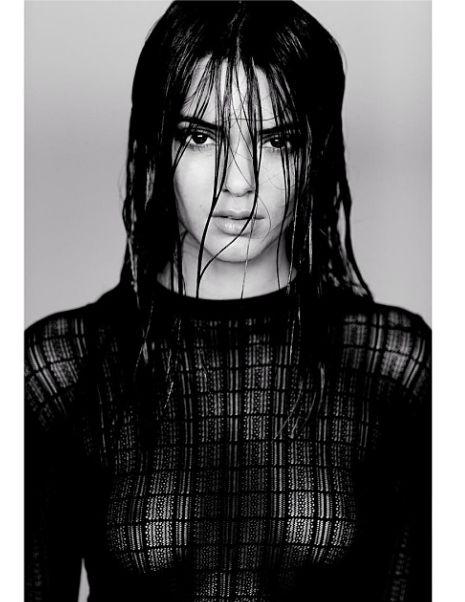 Kendall Jenner bez stanika w prześwitującej koszulce