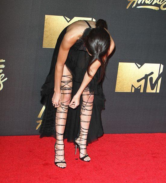 Ilu osób potrzebowała Kendall Jenner, by założyć te buty? (Ins)