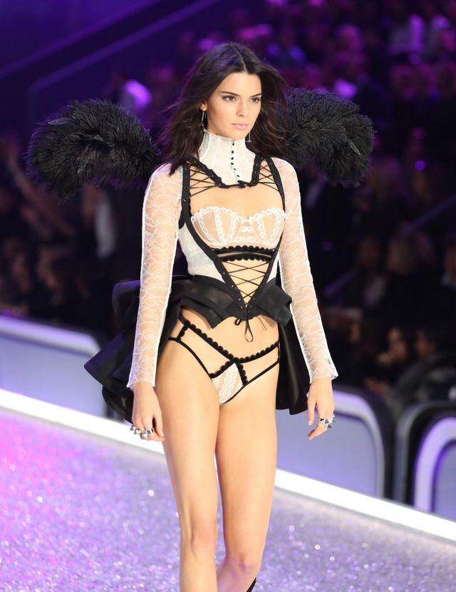 Złośliwi komentują fason majtek Kendall Jenner na pokazie Victoria's Secret (FOT