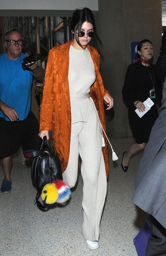 Kendall Jenner w płaszczu - szlafroku i z modnymi pomponami (FOTO)