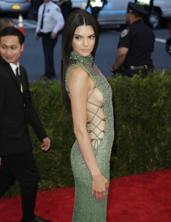 Kendall Jenner bardzo chcia�a zab�ysn�� na gali MET (FOTO)