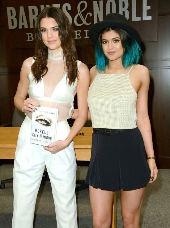 Jennerki promują swoją książkę pełną piersią (FOTO)