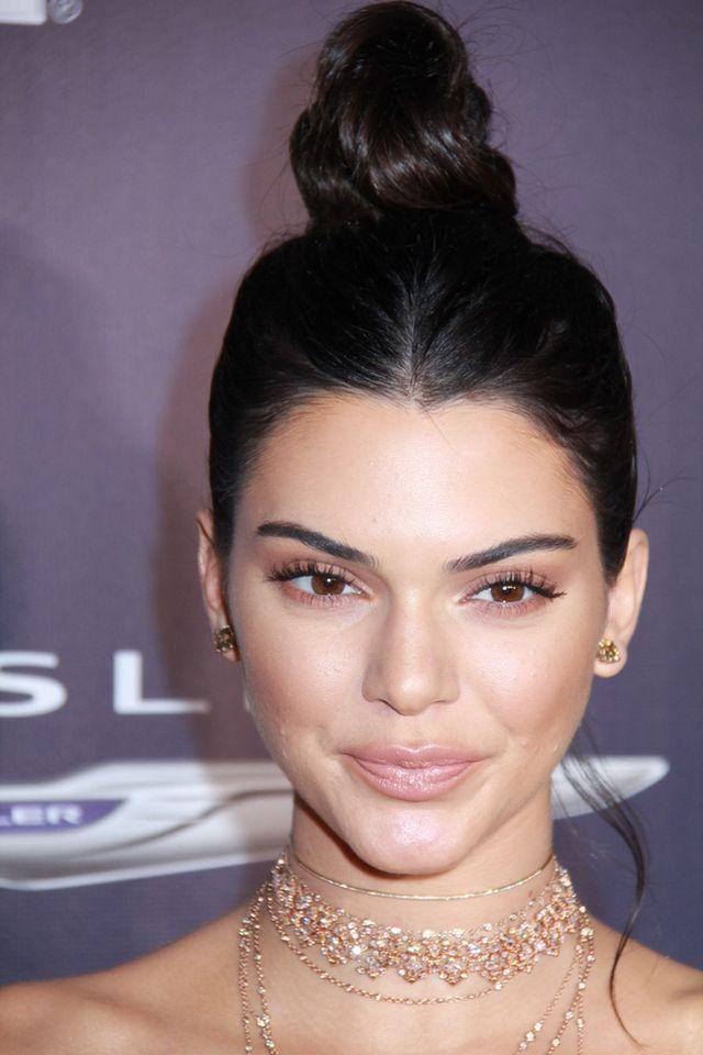 Mało podkładu i bronzer na powieki - poznaj rutynę makijażową Kendall! (WIDEO)
