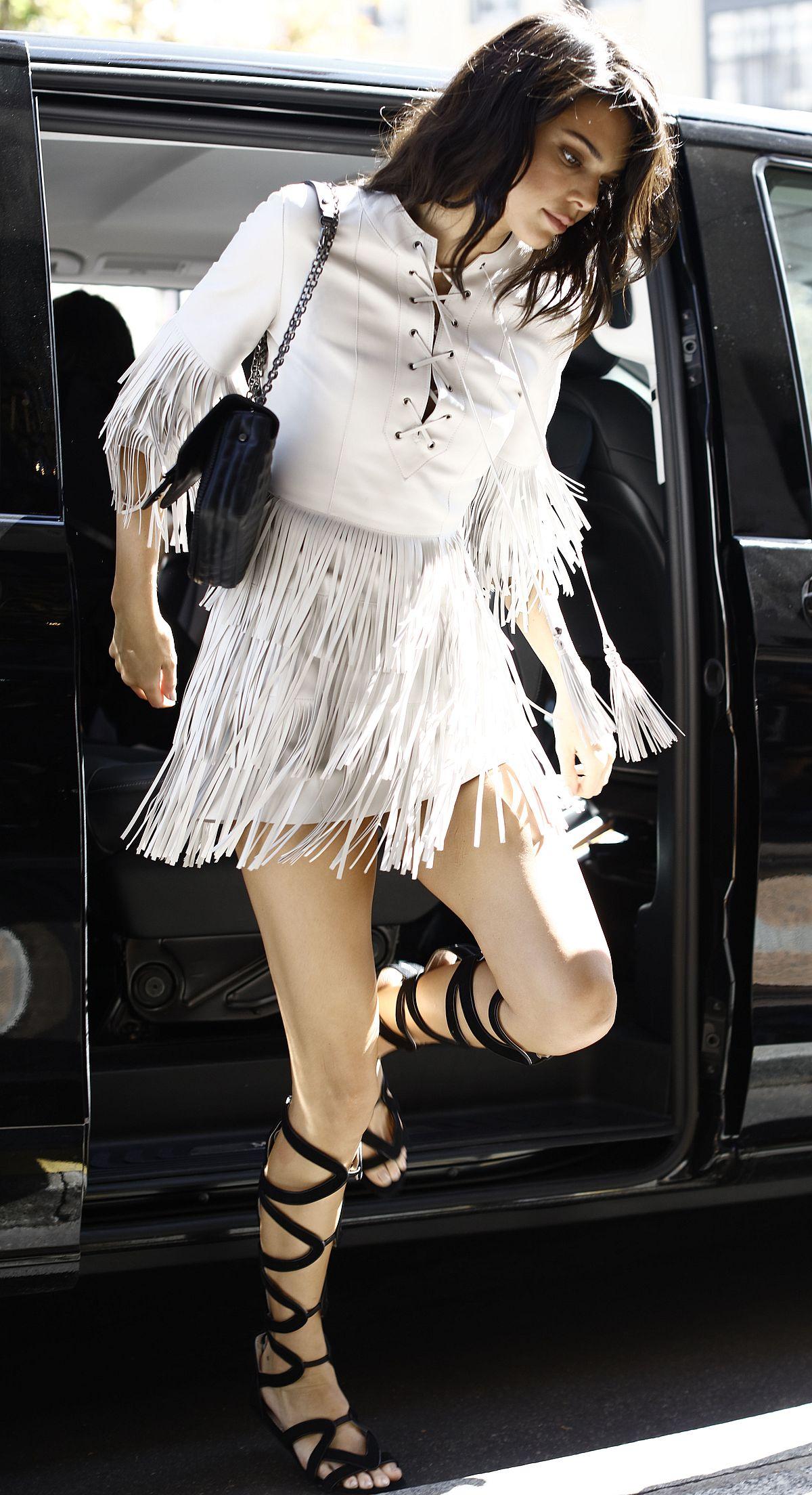Kendall Jenner w MEGA mini z frędzlami (ZDJĘCIA)