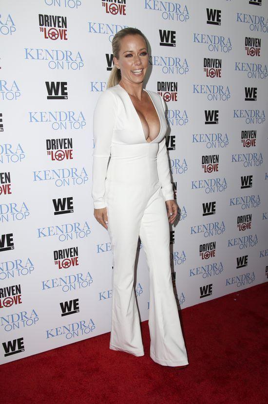 Kendra Wilkinson pokazała brzuch po 2 ciążach - są fałdki i rozstępy