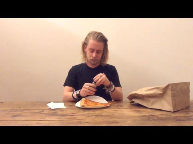 Macaulay Culkin przez 4 minuty je kawałek pizzy [VIDEO]