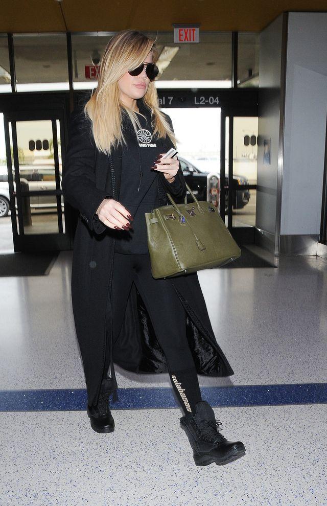 Khloe Kardashian ukrywa ciążowy brzuszek pod płaszczem. Kwitnie?
