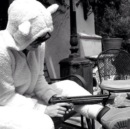 Khloe Kardashian straszy spluwą! (FOTO)