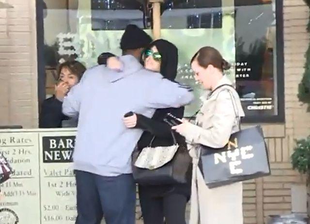 Khloe Kardashian przytula się z kolejnym koszykarzem! VIDEO