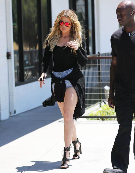 Internet śmieje się z kolan Khloe Kardashian (FOTO)