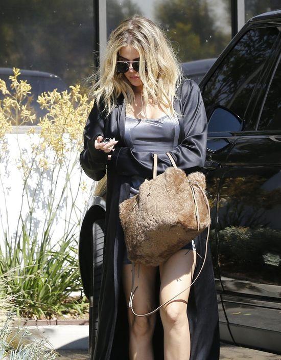 Skąd ona uciekła? Z sypialni nastolatki? Co Khloe Kardashian ma na sobie?