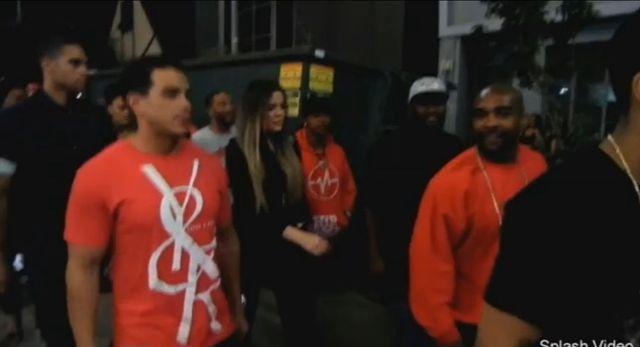 Khloe Kardashian bawi się z raperem... (VIDEO)