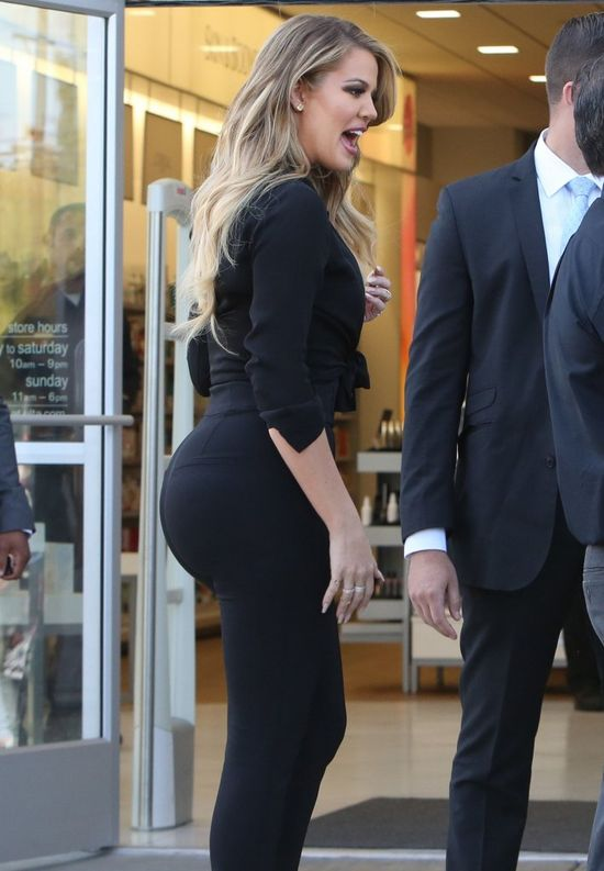 Jak Khloe Kardashian dba o pośladki? (FOTO)