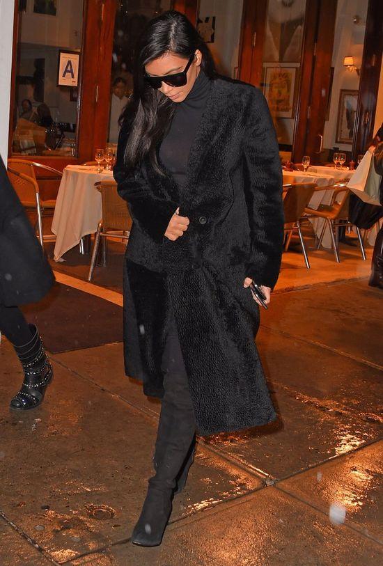 Kim Kardashian z pomara�czow� twarz� (FOTO)