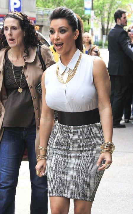 Kim Kardashian dumnie wypina pierś (FOTO)