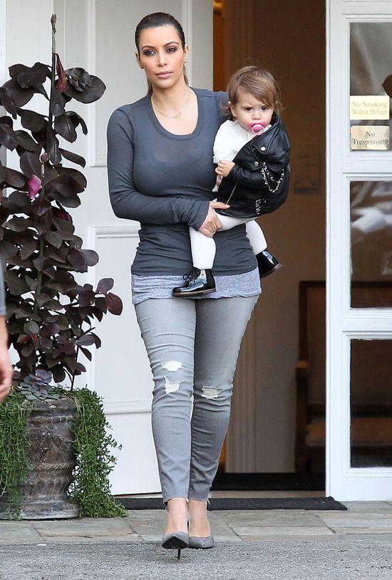 Kim Kardashian deiluje brwi Nori? (FOTO)