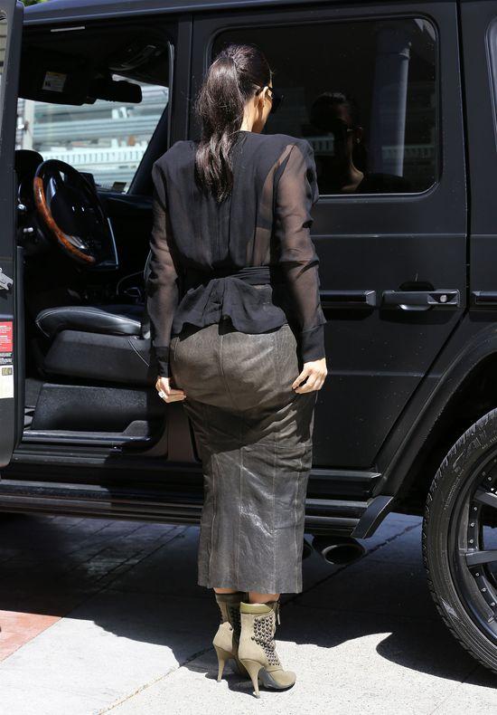 Wyobraźcie sobie, co dzieje się pod tą spódnicą! (FOTO)
