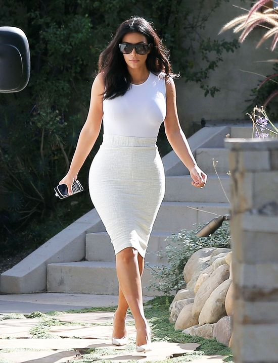 Kim Kardashian dusi się w spanxach, ale... (FOTO)
