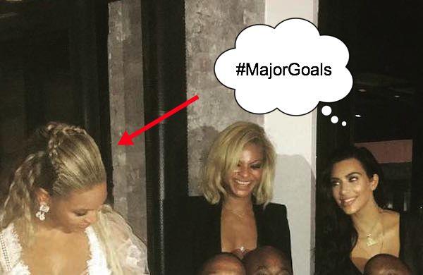 To zdjęcie pokazuje, jak bardzo Kim zafascynowana jest Bey, a ona ma ją w...