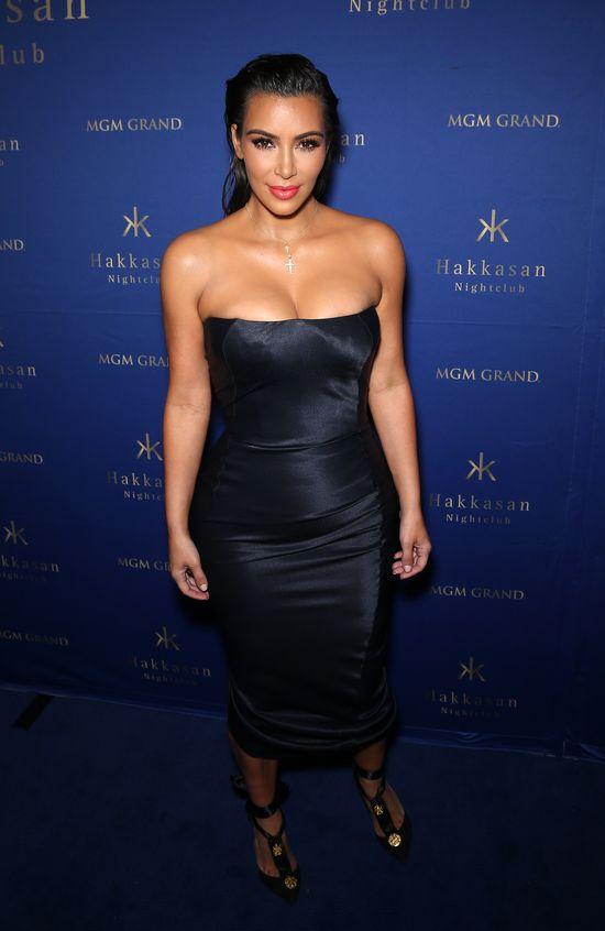 CZTERY PIERSI Kim Kardashian na imprezie w Las Vegas (FOTO)
