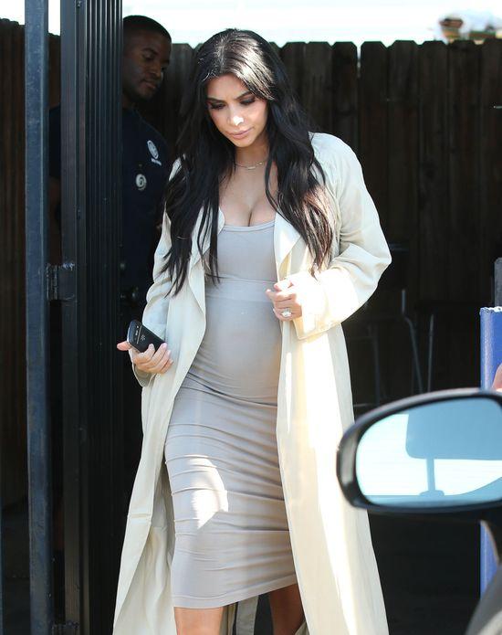 Kim Kardashian udaje ciążę? Nosi SZTUCZNY brzuszek?